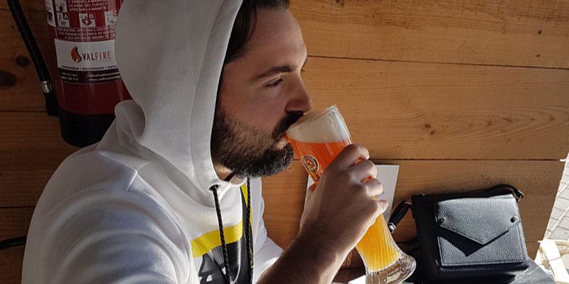 Dricka öl och spela poker
